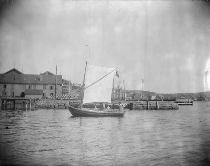 """Enligt text som medföljde bilden: """"Lysekil. Planch i sin båt 1897."""""""
