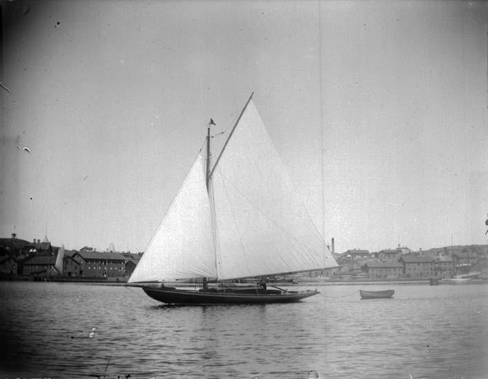 """Enligt text som medföljde bilden: """"Lysekil. Zinita fr. Göteborg tagen vid Bojen Seglande 22/7 1899."""""""