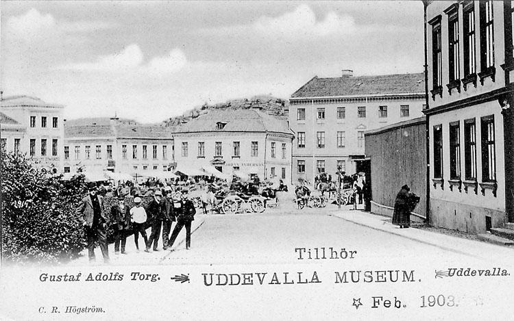 "Tryckt text på vykortets framsida: ""Gustaf Adolfs Torg Uddevalla"".  ::"