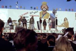 Kiviks marknad. Bandet Labans uppträder. I utrymmet bakom in