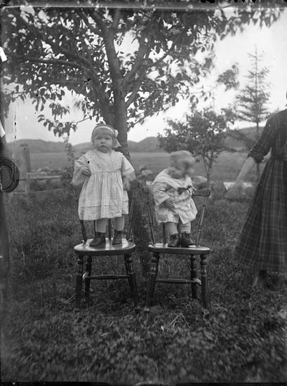 """Enligt notering: """"Två barn, två stolar och en mor"""". ::"""
