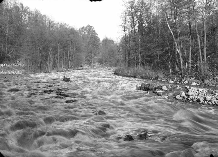 """Enligt fotografens noteringar: """"Tagit år 1929 Munkedalsälfen vid Gamla Bruket."""""""