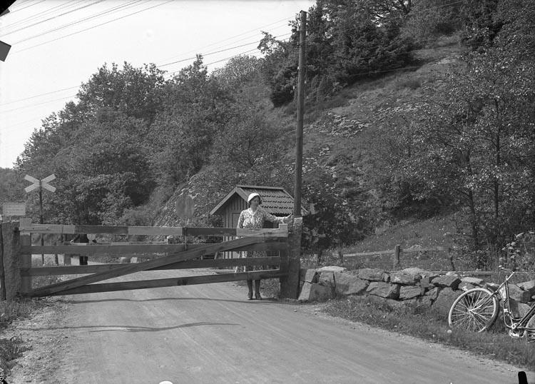 """Enligt fotografens noteringar: """"1933. 16. Banvakt vid lilla Foss Munkedal."""""""