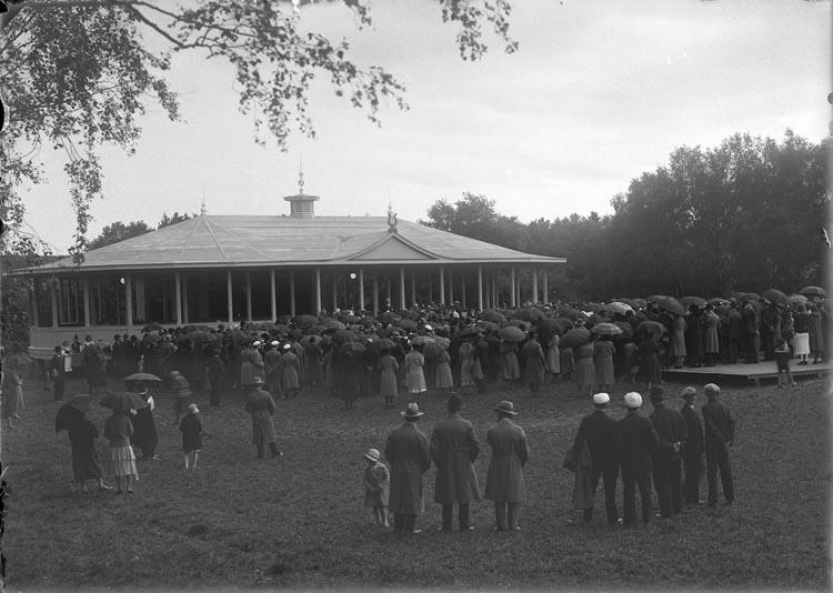 """Enligt fotografens anteckningar:""""1931, 67.Från Parken i Munkedal""""."""