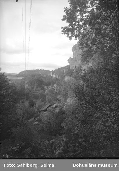 """Enligt fotografens noteringar: """"Bild från gråstensberget vid Kvistrum.""""  Uppgifter från Munkedals HBF: """"Lägg märke till klippformationen """"Predikstolen""""."""