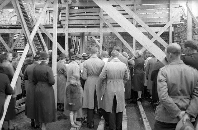 "Enligt fotografens noteringar: ""1939. 19. Kapellet Munkedal under byggnad. Kyrkoherde Lüsch håller högtidstalet""."