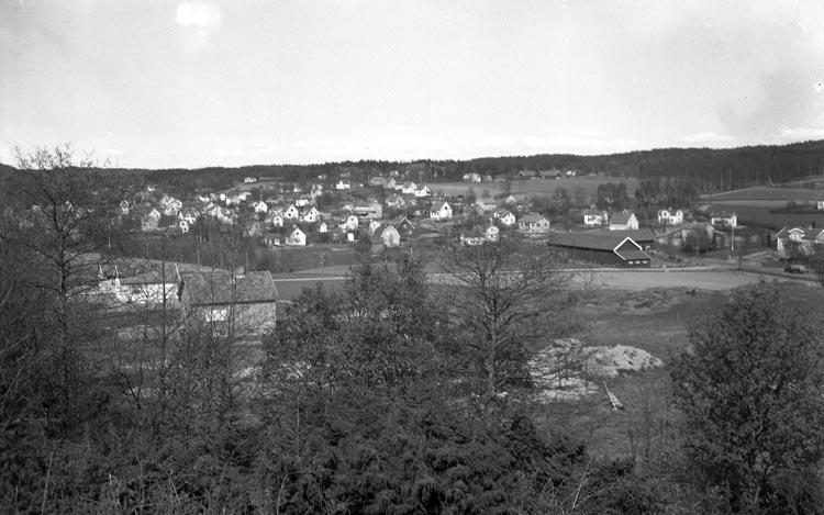 """Enligt fotografens noteringar: """"1948. 15. Utsikt från Kåvaneberg? år ...? ...?""""."""