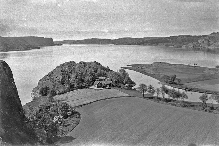 """Enligt fotografens noteringar: """"K. Nr:76. Vid Munkedals Hamn. Utsikt öfver Saltkällefjorden detta till fin.....? finnes 10x15 plåt""""."""