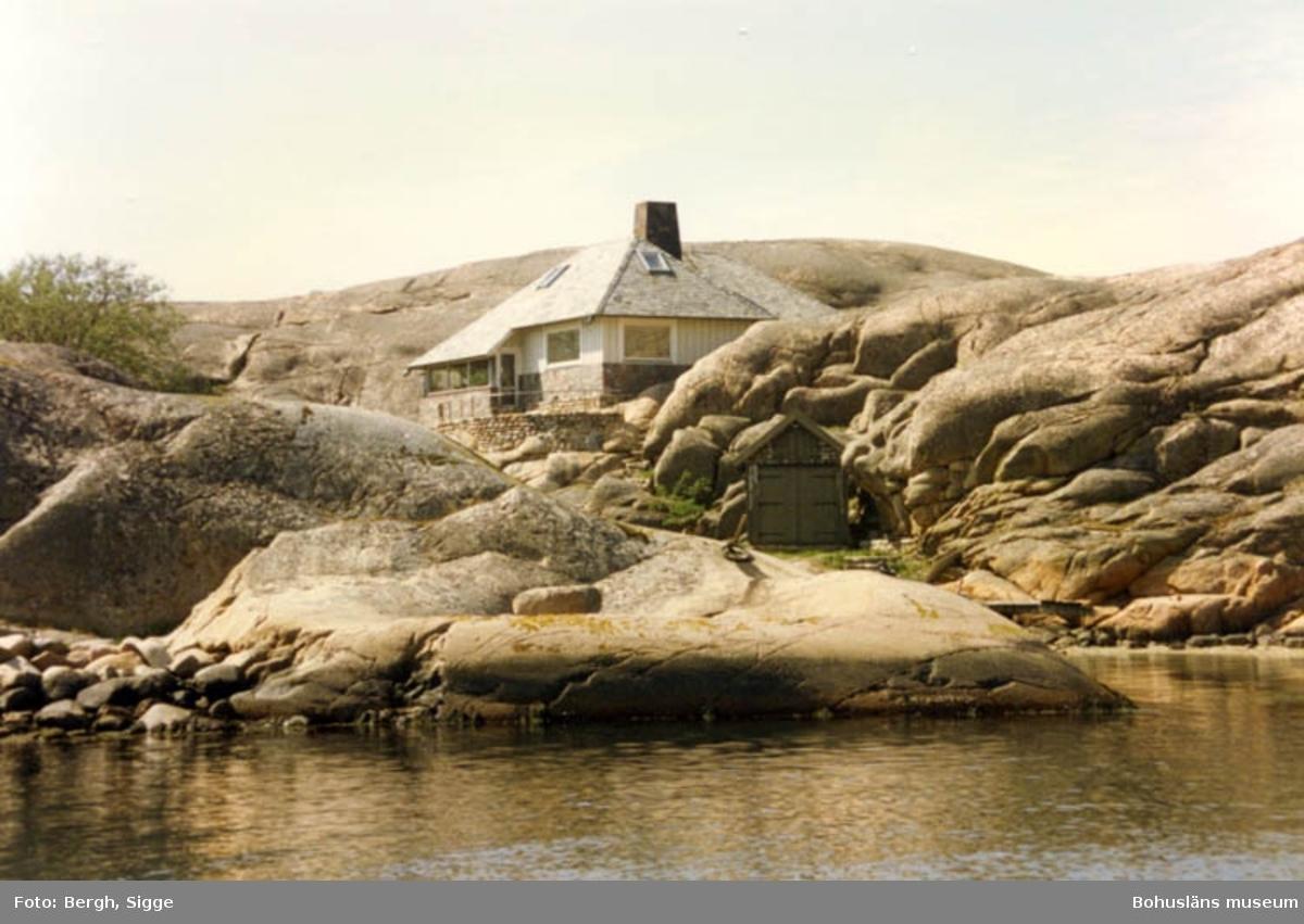 """Enligt text på fotot: """"Hus på Hornö vid Hornö ränna strax söder om Hamburgsund se så väl det smyger in i naturen""""."""