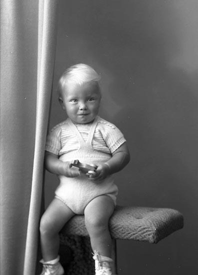 "Enligt fotografens journal nr 7 1944-1950: ""Nyman, Peter Stenungsund""."