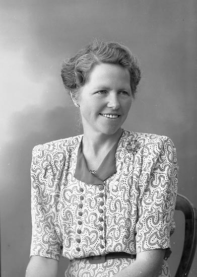 """Enligt fotografens journal nr 7 1944-1950: """"Carolusson, Fr. Nancy Molinsg. 5 Gbg""""."""
