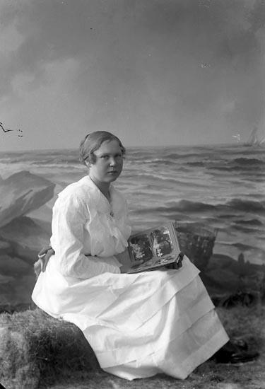 """Enligt fotografens journal nr 3 1916-1917: """"Olsson, Olga adr. Handl Larsson Här""""."""