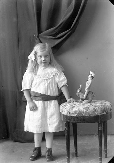 """Enligt fotografens journal nr 3 1916-1917: """"Sandström, Greta Måröd Här""""."""