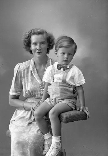 """Enligt fotografens journal nr 7 1944-1950: """"Bergqvist, Borgmästarinnan Kerstin""""."""