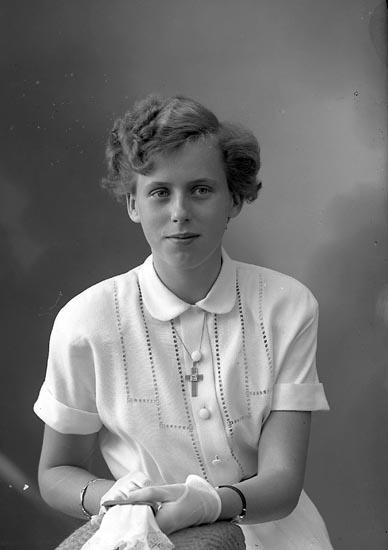 """Enligt fotografens journal nr 8 1951-1957: """"Breutigam, Fr. Birgitta Ödsmål."""