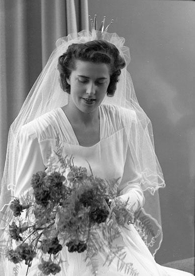 """Enligt fotografens journal nr 7 1944-1950: """"Johansson, Herr Karl Box 61 Åsa station bruden""""."""