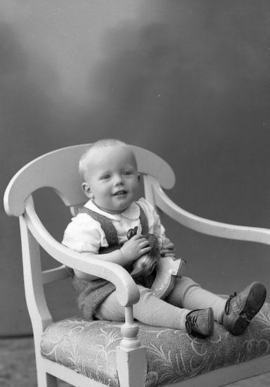 "Enligt fotografens journal nr 7 1944-1950: ""Svensson, Sven Arne Kläpp Ödsmål""."