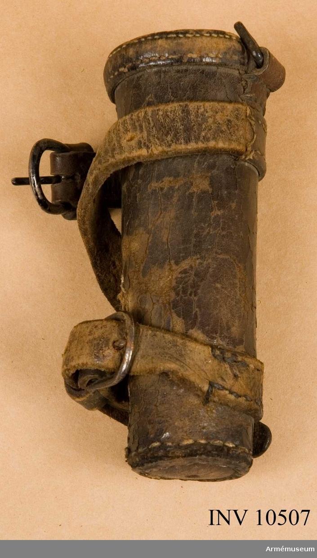 Grupp B.  Enligt Cederström skvadronsstandar vid Smålands kavalleri under Gustav III. Senare använt vid Smålands Husarregemente. Duk av stormönstrad gul sidendamast med broderade emblem. På  ena sidan sidan Gustav III:s namnchiffer, dubbla G under sluten kunglig krona, allt i silver. På andra sidan Smålands sköldemärke, ett dubbelsvansat rött lejon förande ett spänt armborst med pålagd pil. Lejonet i rött silke, bottensöm, med svarta klor, silver ögon och tänder. Armborstet i silver samt blått och svart silke, bågen blå, pilen silver och kolven svart.  Kantad med en 50 mm bred frans av silke och silver. Fransen   fortsätter runt om stången. Fäst med tre rader tännlikor på   sidenband. Stång av furu, målad vit med guld i refflorna. Längd från spetsen till dukens underkant 520 mm, till greppet 2190 mm.  Greppet 210 mm och hela stången 3090 mm. Med löpande bärring  och stigbygel i rem av tunnt läder. Holkens längd 140 mm. Spets av förgylld mässing med Carl Johans, senare Carl XIV Johans, monogram under sluten kunglig krona. Kordong av silversnodd, hopsydd av band, avslutad av fransen av gult silke och guld. Längd 1120 mm. Samhörande fodral av svart pegamoid, längd 1020 mm, bredd 230 mm.