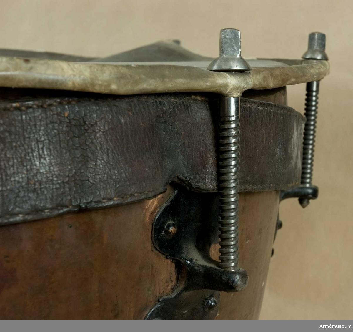 Grupp B III. Från 1700-talets mitt. Kopparplåt med fastnitad fot av järn. Åtta stämskruvar, fastnitade med järnbeslag. En kraftig läderrem innanför skruvarna.