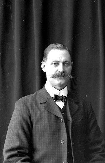 """Enligt fotografens journal nr 1 1904-1908: """"Larsson Herr Fritz Här""""."""