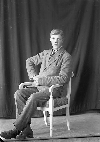 """Enligt fotografens journal nr 3 1916-1917: """"Mattsson, John Anvik Spekeröd""""."""