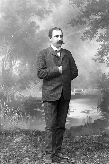 "Enligt fotografens journal nr 1 1904-1908: ""Nordqvist, Herr O. Ö. Skår St-sund"". Enligt fotografens notering: ""Herr Olof Nordqvist, Ö. Skår Stenungsund""."