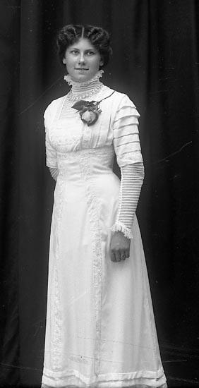 """Enligt fotografens journal Lyckorna 1909-1918: """"Kristensson, Fr. Ida Ljungskile""""."""