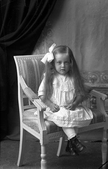 "Fotografens notering: ""Anna Olsson, Aröd Ljungskile""."