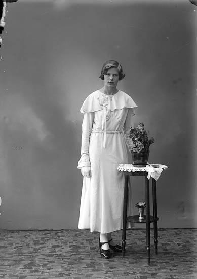 """Enligt fotografens journal nr 6 1930-1943: """"Myrén, Gertrud Kyrkenorum Här""""."""