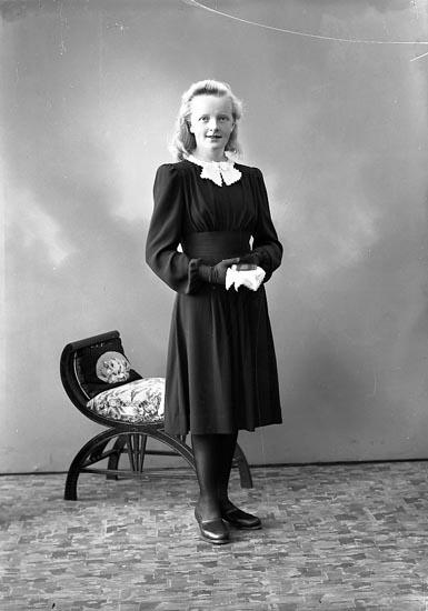 """Enligt fotografens journal nr 6 1930-1943: """"Karlsson, Fr. Astrid Lövön Jäger""""."""