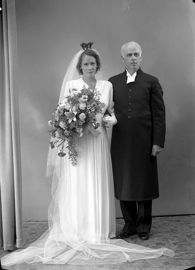 """Enligt fotografens journal nr 6 1930-1943: """"Engström Komminister Envall Brudpar Karlstad""""."""