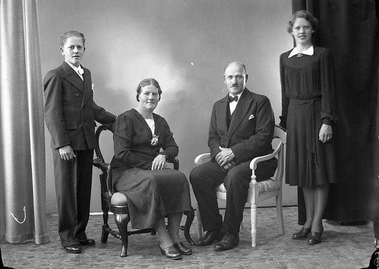 """Enligt fotografens journal nr 6 1930-1943: """"Olsson, Herr Arthur Box 32 St. Höga""""."""