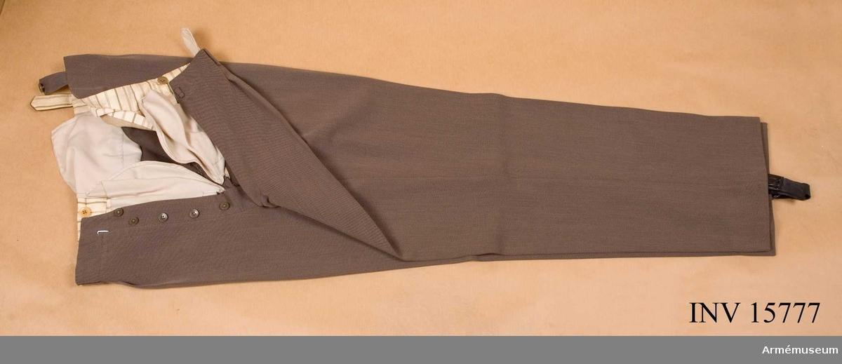 Grupp C I. Ur uniform m/1939 för överste vid Generalstabskåren. Består av vapenrock, långbyxor, livrem, kappa, fältmössa,  nationalitetsmärken, skärmmössa och kängor.
