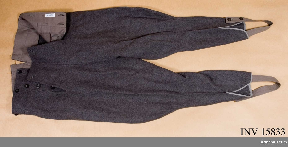 Grupp C 1. Ur fältuniform för manskap, Finland, bestående av: vapenrock, ridbyxor, hängslen, hjälm, livrem, brödpåse, ryggsäck, dricksflaska, bägare, fältkokkärl, svarta stövlar, gasmask, borste. Byxor av grått kläde, ridmodell med 4 fickor. (2 på sidorna, 1 liten för klocka och 1 på baksidan), sprund med 5 knappar hyska och hake. 6 knappar för hängslen. På baksidan spänntamp av kläde.