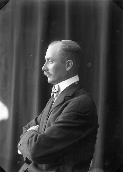 """Enligt fotografens journal nr 2 1909-1915: """"Uttmark, Kapten Emerick, Herrljunga""""."""