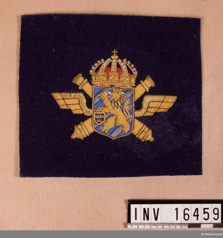 Regementsemblem Lv 6.Broderat emblem av blått kläde.