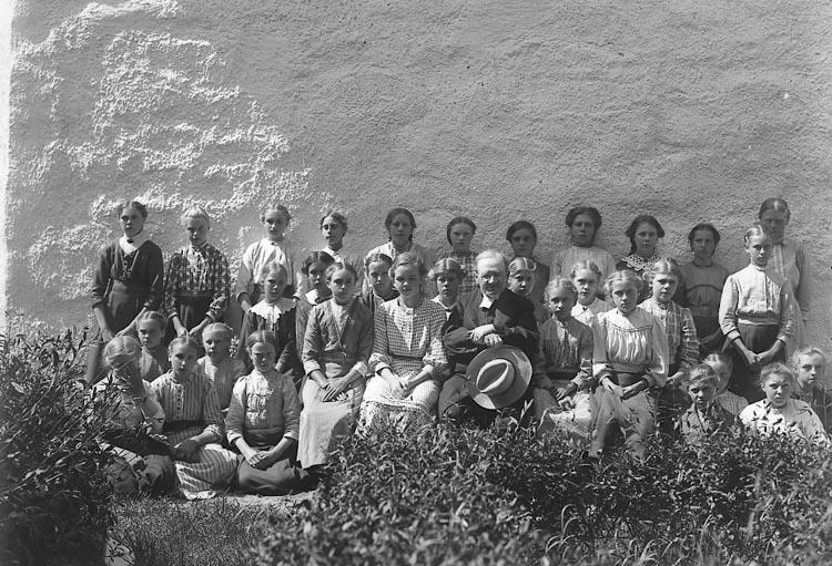 """Enligt fotografens notering: """"Konfirmanderna Solberga 1913. Pastor Ringius""""."""