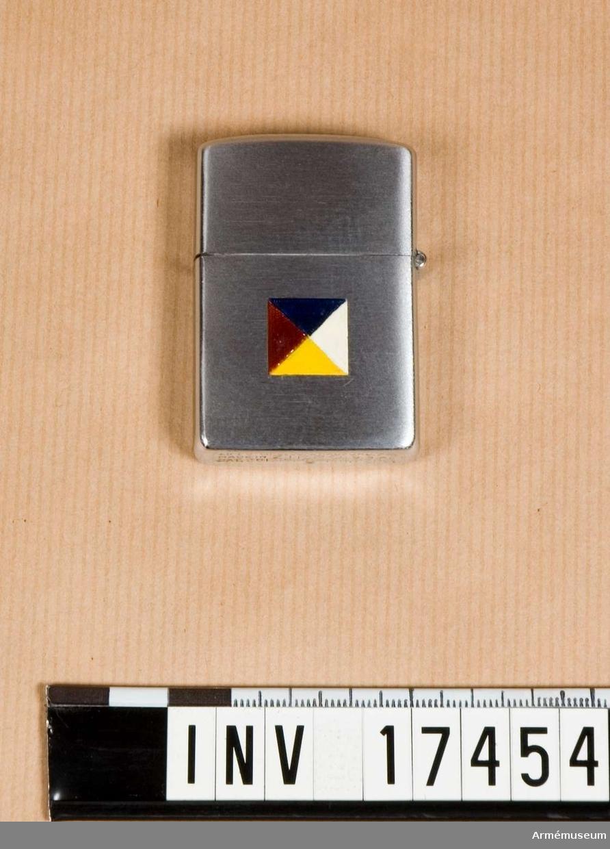 Grupp C II. Cigarettändare med märke för den Neutrala övervakningskommissionen i Korea 1953-54.