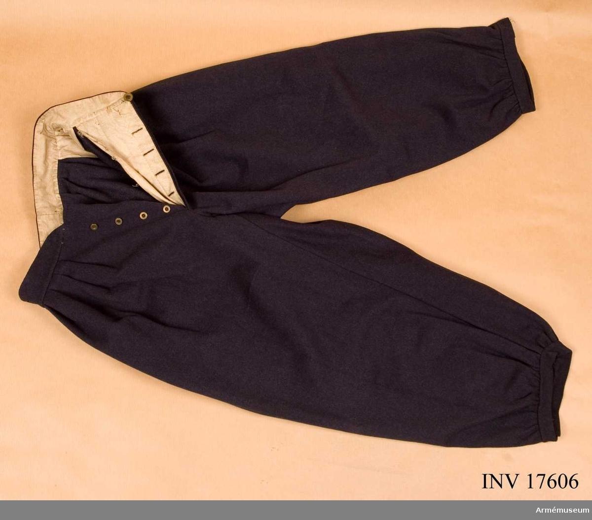 Grupp C II. Byxor för menig vid Gardets Jägarbataljon. Pantalon av gråblått kläde. De har två fickor på sidorna med prydliga gula snörbroderier. Byxorna har sprund med fyra järnknappar; runt bältet har tyget många veck. Fodret är gjort av vitt fodertyg. Byxorna har golfbyxmodell; de är breda med ett litet sprund och knapp på byxbenen. Litteratur: Handbuch der uniformkunde, prof R. Knötel, Hamburg  Lösbladspärm Band VII nr 5 Frankreich. Jäger zu Fuss, Kaisergarde Napoleon III, 1857. Bilden visar byxor med gula snöbroderier på sidan, som liknar de här beskrivna. Handbuch der Uniformenkunde, prof Knötel-Sieg, Hamburg 1937 sid 162. Under det andra kejsarriket (1854-1871) i Frankrike fanns det en gardets jägarbaljon och tjugo linjebataljoner. Enligt kapten W. Granberg.