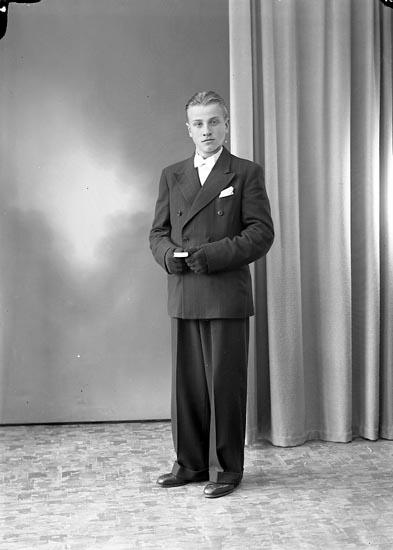 """Enligt fotografens journal nr 7 1944-1950: """"Svensson, Rune Roteröd Svenshögen""""."""