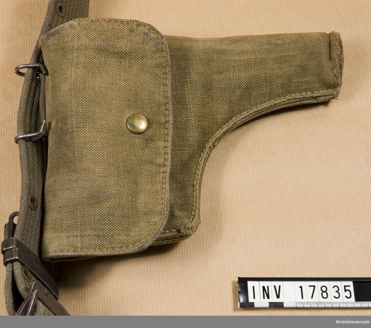 """Grupp C I. Pistolhölster """"etui de pistolet"""". Ur uniform för löjtnant vid 1 ére regiment de Hussards parachutiste Algérie, 1959-1960, Frankrike. Uniformen består av jacka, byxor, basker, livrem, kängor, pistolhölster och fältflaska med överdrag."""