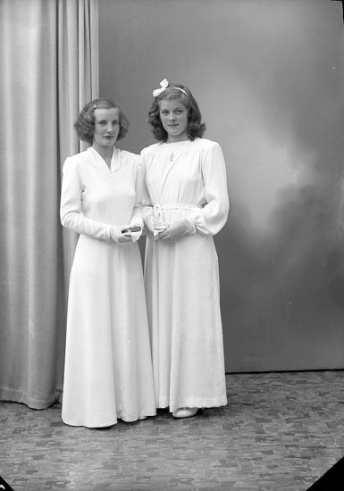 """Enligt fotografens journal 7 1944-1950: """"Andersson, Elsy Gröteröd Här"""". Enligt fotografens notering: """"Irene Svedberg och Elsy Andersson Gröteröd, Stenungsund""""."""