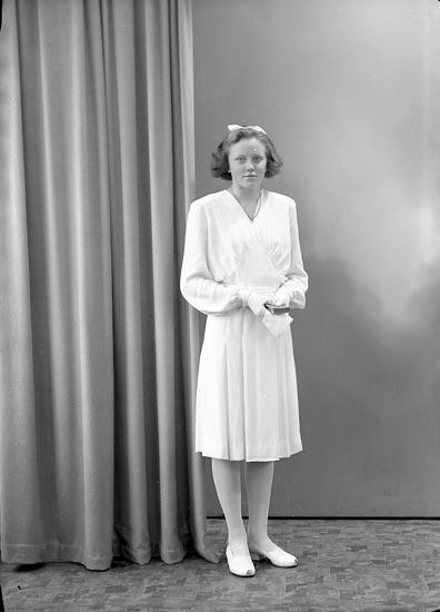 """Enligt fotografens journal nr 7 1944-1950: """"Gepperth, Maj Britt Backen, Spekeröd""""."""