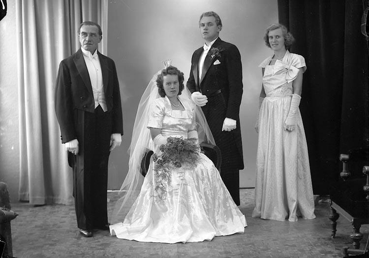"""Enligt fotografens journal nr 7 1944-1950: """"Gidenstam, Brudp. E. Strand Hotell"""". Enligt fotografens notering: """"Brudpar Herr Erik Gidenstam, Stenungsund"""","""