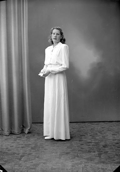 """Enligt fotografens journal nr 7 1944-1950: """"Brant, Ann-Marie Här""""."""