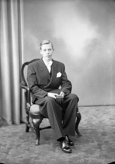 """Enligt fotografens journal nr 7 1944-1950: """"Karlsson, Rune S. Vägen Här""""."""