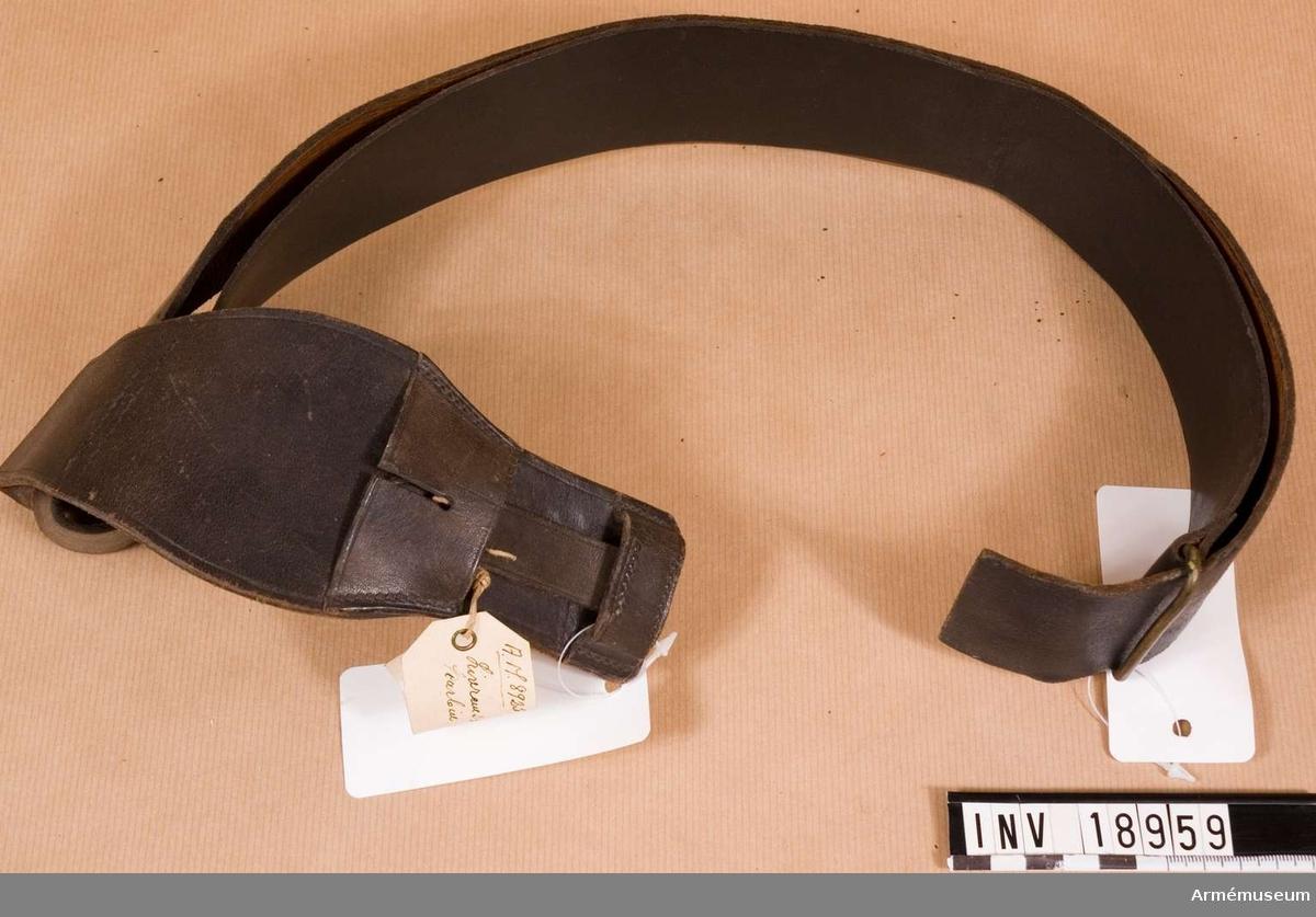 Samhörande nr är 18959-60, livrem, bajonetthylsa. Grupp C II.  Av svart färgat läder med mässingsring.