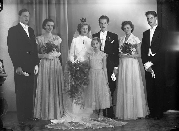 """Enligt fotografens journal nr 8 1951-1957: """"Runestam, Kurt Erik Brudp. med tärnor o marskalk""""."""