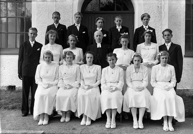 """Enligt fotografens journal nr 8 1951-1957: """"Konfirmanderna i Spekeröd Kyrkoh. Johnson""""."""