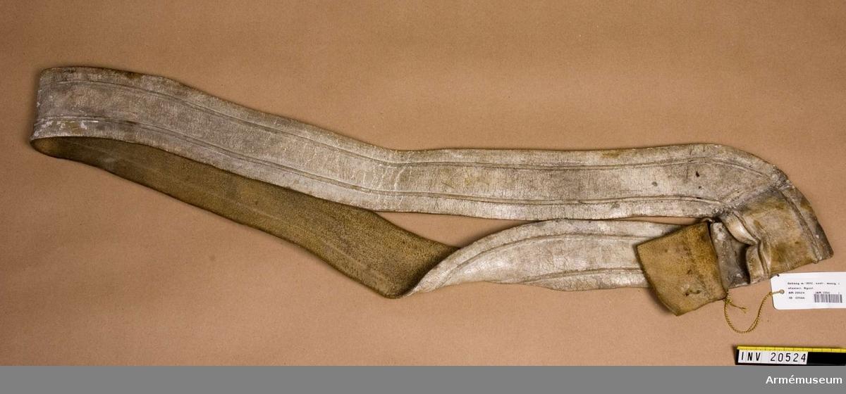 Grupp C II Sabelrem av vitt läder (ry. lossin). Ovala spännen av mässing. Remmen har två öppningar, en för sabeln och en för bajonetten. Pressad kant på båda sidor. På baksidan av sabelremmen en liten rem, fastsydd i båda ändar. LITT  F von Stein, Geschichte des russischen Heeres, Hannover, 1885, sid 238: 30/4 1802 fick sabelremmen en öppning (den andra för bajonetten. Armée Russe, Pajol, 1854, sid 13: Sabelremmen syns på en avbildad soldat.